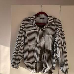 Superfin randig skjorta med ballongärm. Använd ett fåtal gånger så i mycket gott skick. Köparen står för frakt 😊