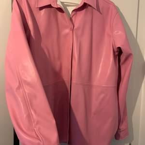 Snygg cool rosa skinnskjorta från MQ! Säljes då den inte kommer till användning, aldrig använd så i nyskick!💗