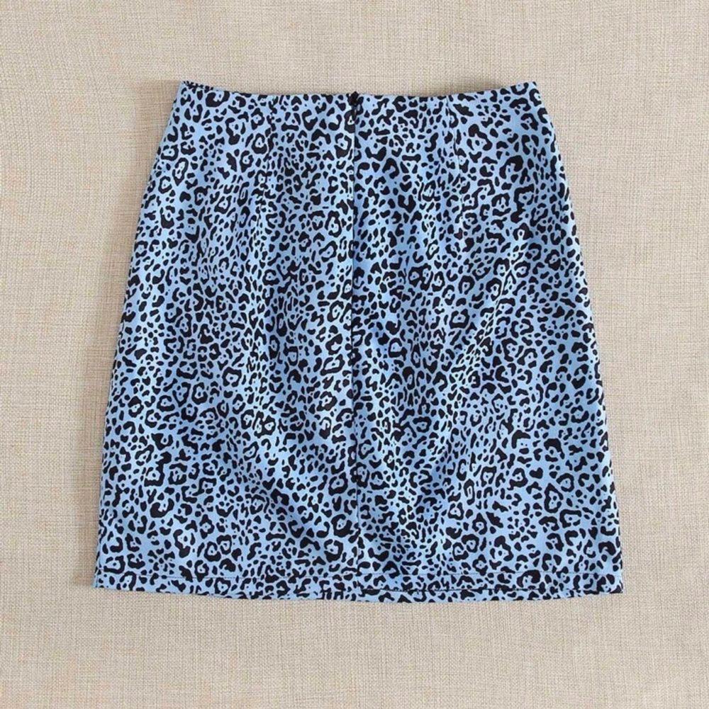 Supersöt blå leopard kjol från Shein, köpt i somras men ändast använd två gånger. Säljer även toppen i bild 3! . Kjolar.