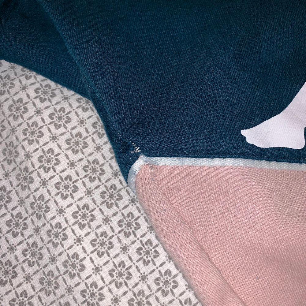 Mjukisbyxor från Kappa, spruckit i sömmen, men inget jag själv tänker på. . Jeans & Byxor.