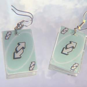 Själva kortet är 3cm och gjort av resin! ✨ dessa och rosa finns! 🤍 FRI FRAKT🤍 örhängena jag har på bilden är inte till salu utan används bara som exempel!