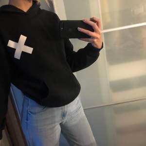 Säljer denna coola collusion hoodien som jag köpte på asos, strl XS, står collusion på ärmen. Frakt på 63kr🤪