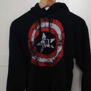 Captain America hoodie köpt för några år sedan på sweet love and sugar i malmö. Står small men är väldigt liten i storleken så jag hade sagt sx. Hoodien är mycket blåare i verkligheten. Kan mötas upp i malmö❤️