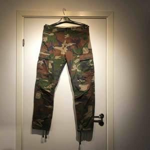 Cargo camouflage byxor i storlek M. Använda cirka 7 gånger. Köpta för cirka 1 år sen.