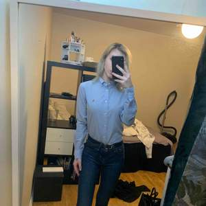 Skjorta från Ralph lauren som endast har hängt i garderoben så den är oanvänd. Slim fit, storlek 4 (34) Köpt för 999kr Säljer för 350kr. Vid snabb affär kan priset diskuteras. Köpare står för eventuell frakt