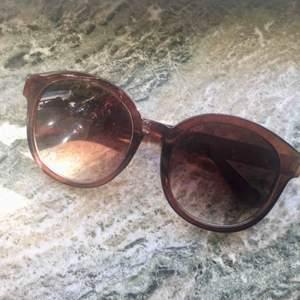 Stora solglasögon i brunt. Knappt använda så fint skick