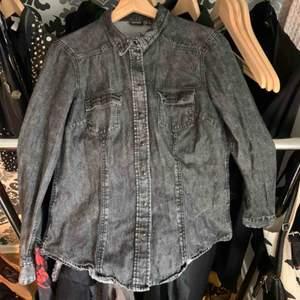 Svart/grå jeans skjorta i storlek 40, okänd märke. Köparen står för frakten