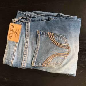Slim jeans från hollister med slitningar. Knappast använda och i mycket bra skick💕