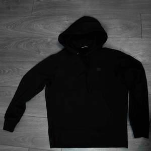 Acne hoodie i storlek M. Plagget är i nyskick och säljes pga brist på användning. Nypris: 2300kr.  Bra pris vid snabb affär!