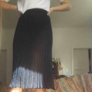 Fin kjol, lite genomskinlig så man kanske behöver en underkjol