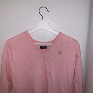 En rosa stickad kofta med en v-ringning som jag själv aldrig har använt utan bara haft liggande, skicket är väldigt bra.