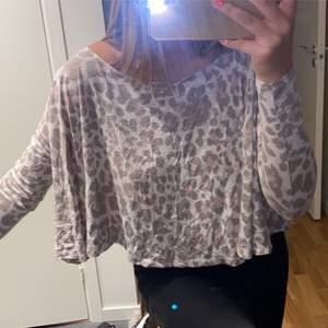 Säljer den superfina leopard mönstrad tröja från ginatricot. Knappt använd så den är så gott som ny! Så fin men får den aldrig till någon användning tyvär. Storlek S men passar XS också! 60kr + frakt 🤍