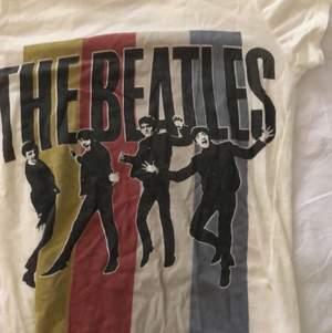Kräm vit t-shirt med the Beatles tryck. Frakt ingår.