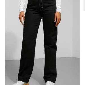 Weekday jeans i modellen rowe i storlek 24/30, köpta för ett år sedan men knappt använda och bra kvalitet. Kan mötas i stockholm annars frakt på ca 60kr. Jätte fina säljer eftersom jag har många liknande.