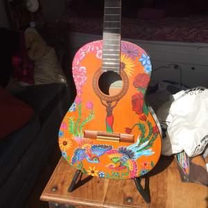 Jag målar en del och efter att ha målat denna gitarr till en bekant tänkte jag lägga ut här. Är någon intresserad av att få nått målat, hör gärna av er 🌸🌸