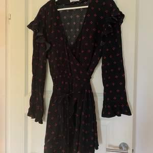 Säljer en jättefin o söt klänning från & Other Stories. Supersnygg på! Omlottknytning! Jätteskön! Fint mönster! Pris: 380kr (inklusive frakt) eller högstbjudande. Ett måste i garderoben!