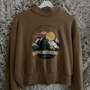 en brun/beige hoodie från hm. lie nopprig inuti annars som ny, priset är inklusive frakt