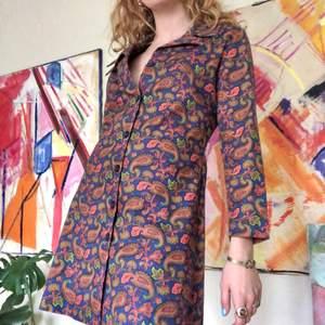 70-tals klänning / jacka i paisley-mönster i oranget, blått & grönt
