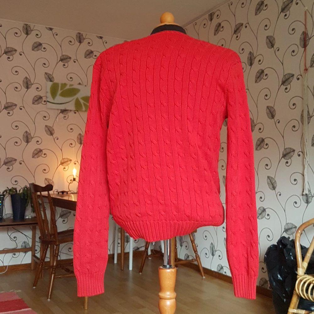Denna stickade ralph Lauren tröja säljes då den inte längre används. Passar S och M trots att den är XL. Väldigt fint skick! Det är en rödare färg än den som visas på bilderna.. Tröjor & Koftor.