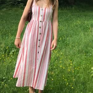 Säljer nu denna underbara klänning från Ginatricot i storlek 38(jag är i storlek 36 men den passar perfekt).Jag har endast fotats i den så den är i nyskick! Den är i linnematerial med fina rosa/röda ränder. Om du är intresserad eller undrar något om plagget är det bara att skriva!🤍🧚🏼♀️