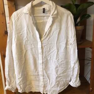 Vit skjorta från hm i lättare luftigt material. Väldigt bekväm och snygg till jeans! (Kan behöva strykas haha...)