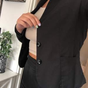 Säljer denna fina blazern/kavajen då jag har flera liknande. Storlek 40. Frakt är inte inkluderat i priset