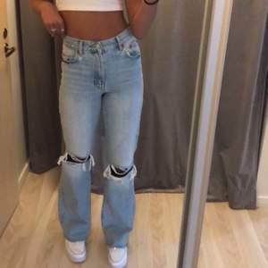 Jeans från zara i storlek 36. Dom är väldigt långa i benen å sådär ser dom ut på mig som är 176. Köpare står för frakt💞. Aldrig använda men trodde jag ville ha dom så klippte av lappen😫 högsta bud: 500💞  Budgivning i kommentarerna 💞