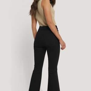 Aaassköna jeans från dr.denim! Väldigt strechiga💓 bootcut modell, hade varit snygga att göra slit på, säljer då jag har för många jeans i garderoben, strl.s! Köpare står för frakt, använda ca 3 gånger så är som nya