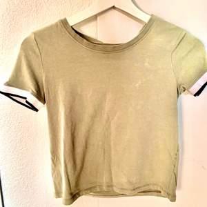 Militärgrön t-Shirt från hm. Storlek: XS och i barnstolen: 158-164