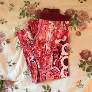 Aimn tights i blommigt tryck, super sköna knappt använda. Kan mötas upp i Stockholm eller så står köparen för frakt :)
