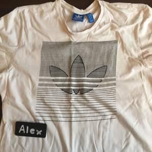 Adidas Tshirt Använd Priset är ej satt i sten. Möjlighet för meetup i Stockholm och kan skickas på köparens bekostnad. Om mer bilder önskas, skicka ett PM :)
