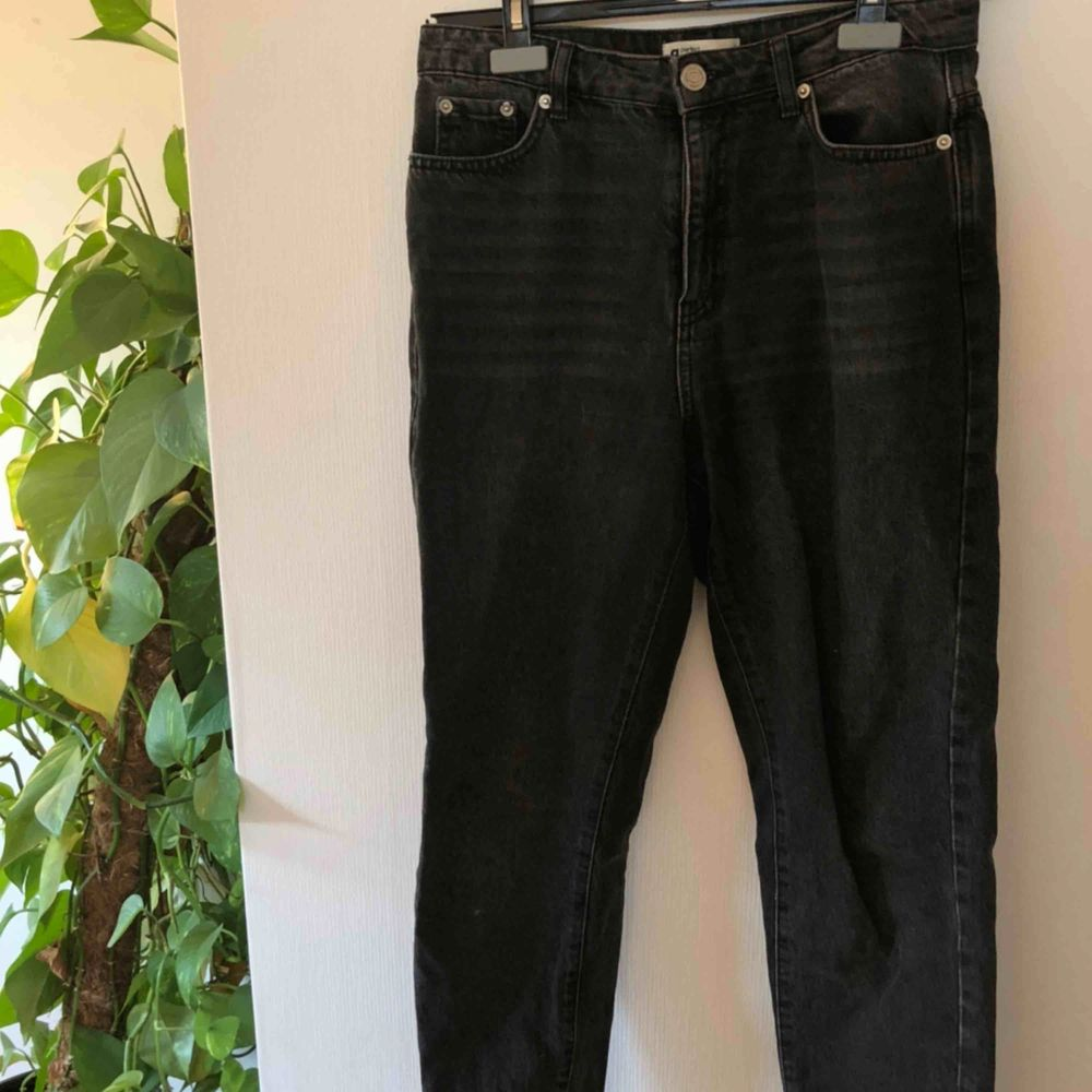 Svarta urtvättade mom jeans, sitter perfekt och sällan använda🖤. Jeans & Byxor.