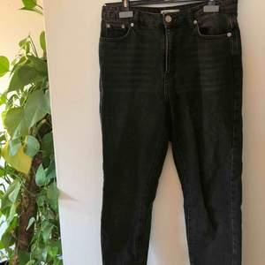 Svarta urtvättade mom jeans, sitter perfekt och sällan använda🖤