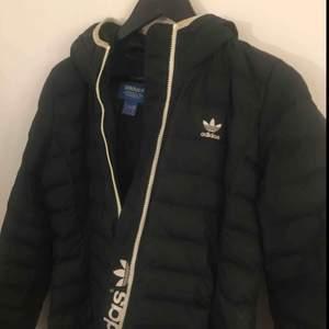 Snygg & klassisk dunjacka från Adidas Originals, använd men i bra skick. Originalpris 1000 kr.