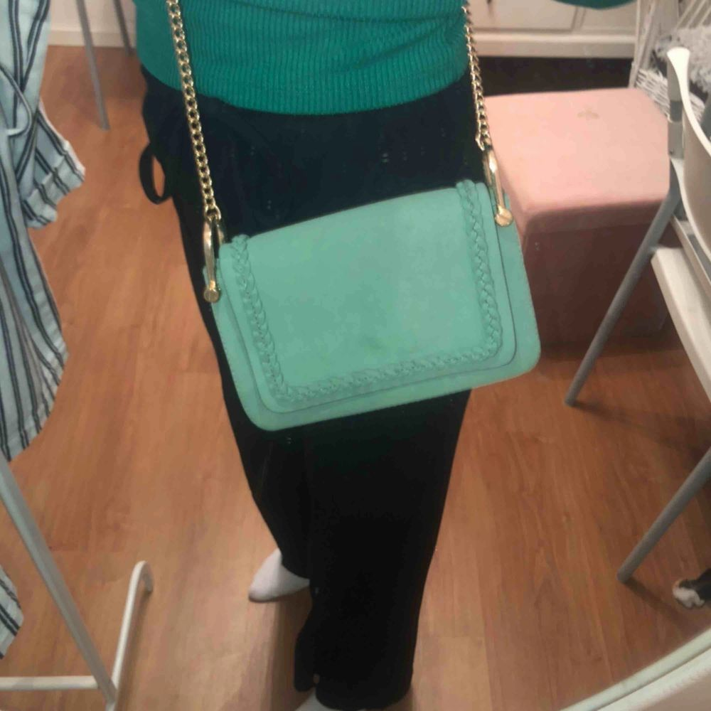 Grön väska från hm, köpt i sommar men inte använd så mycket. Får plats med det som behövs  Frakten får man stå för själv  Högst bud från 50kr. Väskor.