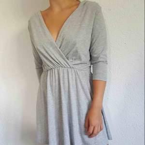 Mycket grå fin klänning bik bok stl s  Frakt spårbar 52:- eller hämtas Sölvesborg