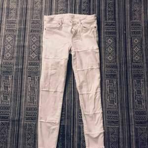 Vita jeans med söm-detaljer.