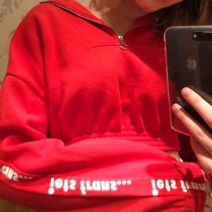 Skitcool tröja från Urban Outfitters (iets frans) som inte kommit till användning✨ Kan mötas upp i Stockholm eller så tillkommer frakt😇