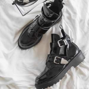 Lånat första bilden. Balenciaga inspirerade skor från Nelly. Använda en gång, alltså som nya. Storlek 38 men funkar på mig som har 37 ibland också.  Pris kan diskuteras vid snabb affär