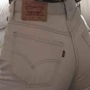 Levi's byxor om tyvärr är för stora för mig vid midjan