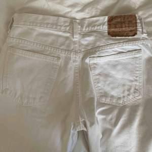Super fina vita vida jeans från Levis. Väl använda, men i gott skick☺️