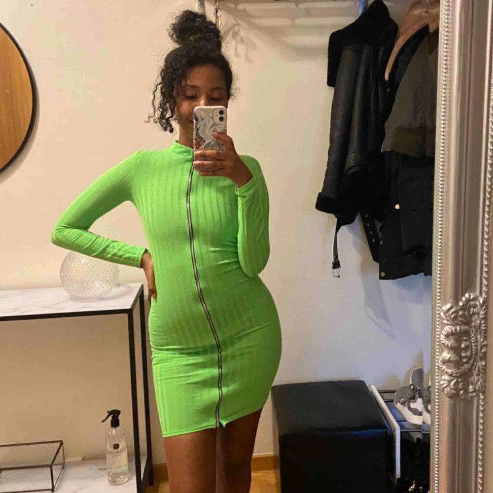 Sjukt snygg klänning från PLT (Pretty Little Thing) i neon grön, ribbad i tyget och använd en gång. Klänningen är som en helt ny. . Klänningar.