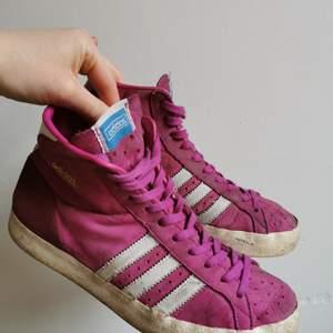 Pre-loved rosa och vita Adidas Basket Profi i storlek 38 2/3. Lite slitna/smutsiga utanpå men i fint skick i hälen/övrigt. 💗
