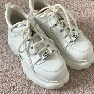 Äkta Buffalo london skor, vita! Orginal kartong finns kvar! Änvända fåtal gånger.. köpta för ca 1800kr  Skriv för frågor! Pris kan diskuteras, 850 vid direkt köp! Kan tänka mig byta till ett par svarta om dom e i bra skick!