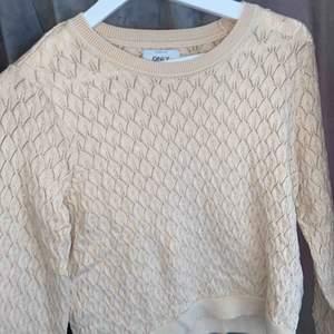 Beige stickad tröja som är köpt i höstas, använd ett fåtal gånger men väljer nu att sälja den då den inte används. Den är i superfint skick och superfin modell på den.