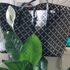 Skitsnygg väska från by Malene Birger. I butikerna säljs denna för ca 2.600 nu, köptes för ca 2 år sen på By Malene Birgers butik på NK i Stockholm. Handtagen är av läder men lite slitna, dock klarar väskan av flera kg! Kan gå ner i pris vid snabb affär!