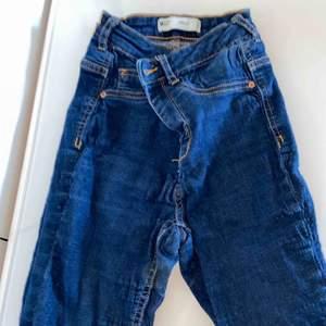 Mörkblå jeans med gulddetaljer. Använda mycket och stretchiga, fint skick men säljer de för de e för små;)
