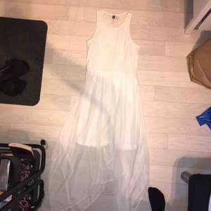 En jättefin klänning från hm som endast har använts en gång. Frakt ingår inte i priset🥰