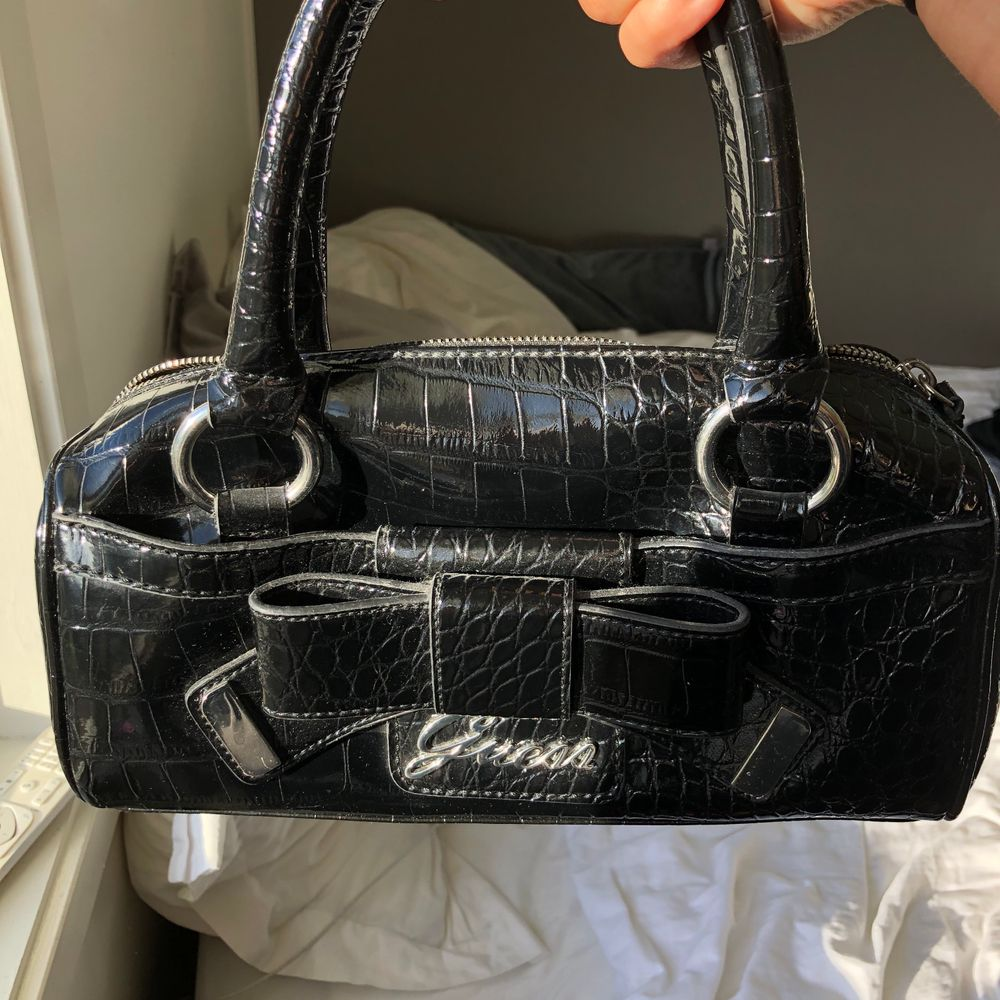 Jättefin äldre väska från Guess, självklart äkta. Används inte längre men är fortfarande i bra skick. Buda . Väskor.