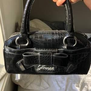 Jättefin äldre väska från Guess, självklart äkta. Används inte längre men är fortfarande i bra skick. Buda